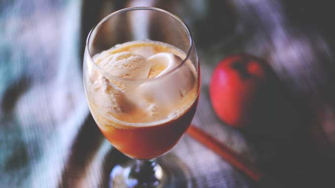 Fresh apple cider makes these Apple Pie Floats the ultimate autumn treat from Cosmopolitan Cornbread