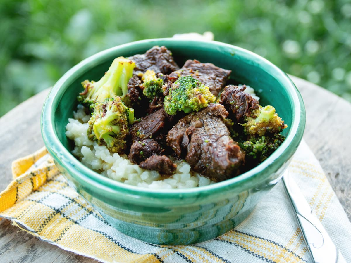 Low Carb Beef & Broccoli - and easy recipe in under 30 minutes! Paleo friendly, gluten free